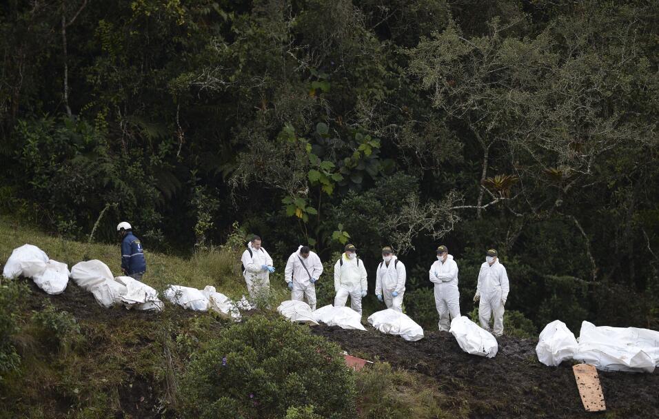 Equipos de rescate recuperan los cuerpos de las víctimas del accidente
