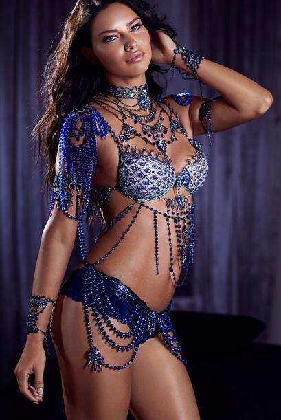 ¿Quién no ha babeado al ver a esta diosa en lencería? Adriana Lima es un...