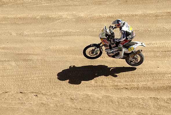 Marc Coma se mantiene como líder en motocicletas al cabo de la qu...