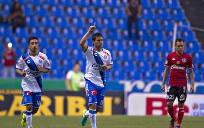 Christian Bermúdez y Matías Alustiza festejando uno de los goles de Puebla.