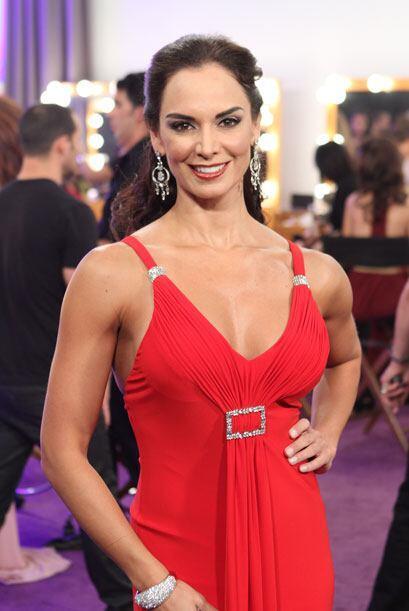 Lupita se vistió de rojo y llegó muy elegante para ir acor...
