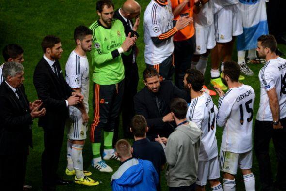 Simeone felicita a los ganadores.