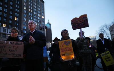 Manifestantes en una vigilia en Brooklyn contra las políticas migratoria...