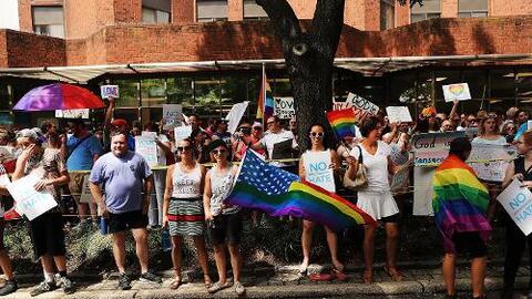 Activistas del LGBT y feministas en las calles de Filadelfia.
