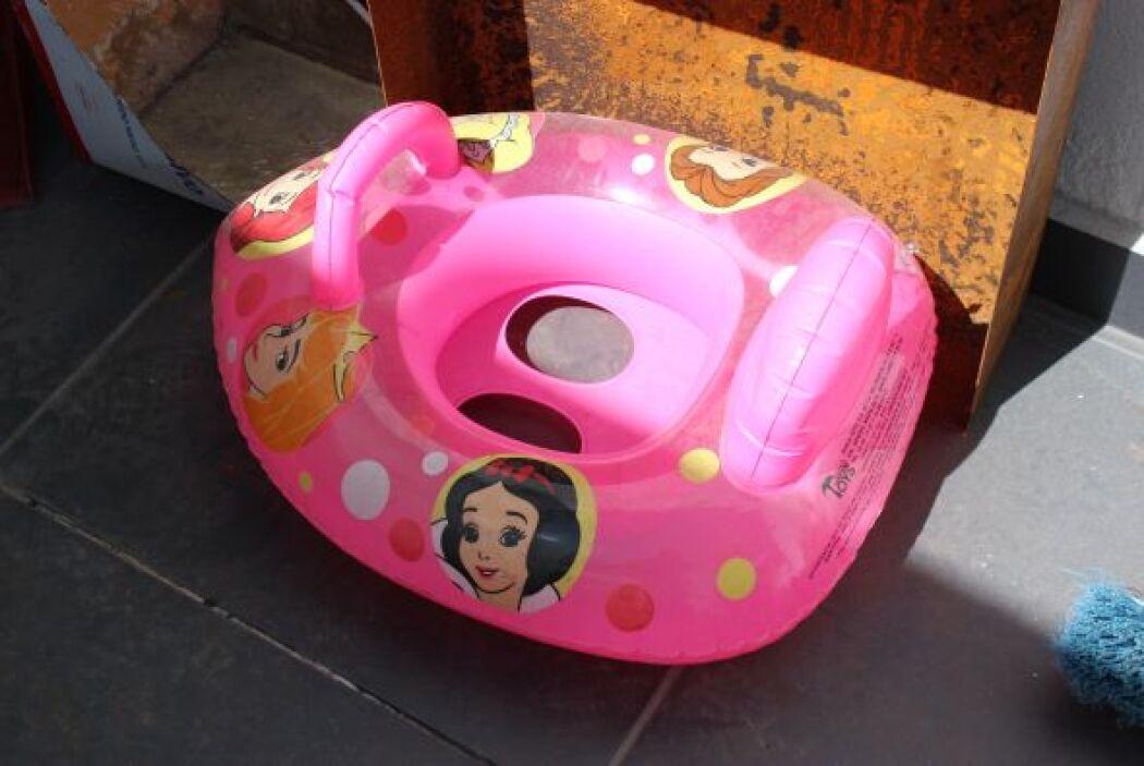 También un silloncito inflable para bebé, posiblemente de las mellizas q...