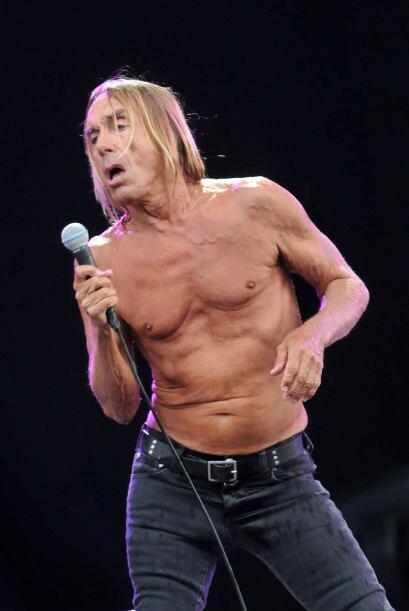 A Iggy Pop nunca le ha gustado usar camisa y a los 66 años, sigue presum...