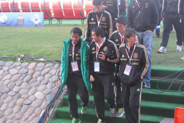 Giovanni y sus compañeros dialogan y sonríen. México enfrenta a Perú con...