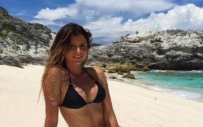 La bella Anastasia es una bella estadounidense que practica el surf y ha...