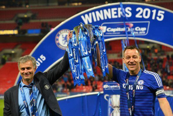José Mourinho levanta la copa de campeón junto con el capi...