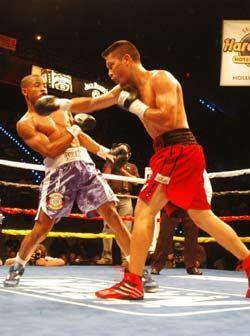 Víctor Cayo pasó muchos golpes gracias su buena cintura y esgrima.
