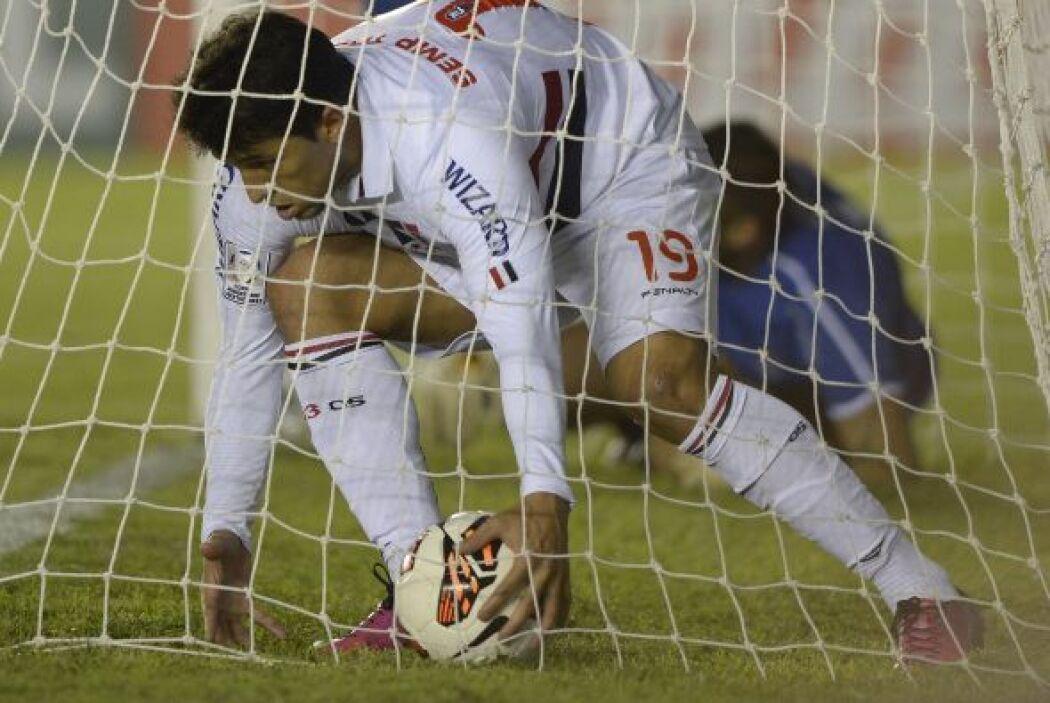 Aloisio, autor del gol paulista, se apura a retirar el balón del arco de...
