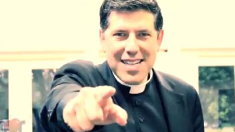¡Hasta el padre Alberto bailó al ritmo del Gangnam Style con Amor 107.5!