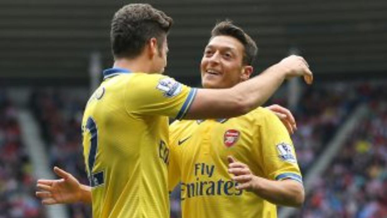 Ozil ya sonríe en el Arsenal. Aquí celebra el gol de Giroud.