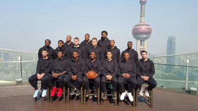 Los Clippers celebran el cumpleaños de su compañero y su coach en China.
