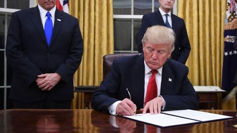 El presidente Donald Trump firma una acción ejecutiva en sus prim...