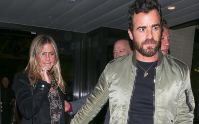 Justin Theroux consiente a Jen tras una 'date'.