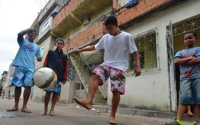 El fútbol en las favelas, un posible pasaporte para salir de la pobreza