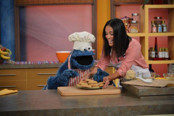 En cuanto Karla puso en la mesa las galletas, Cookie Monster las devoró.