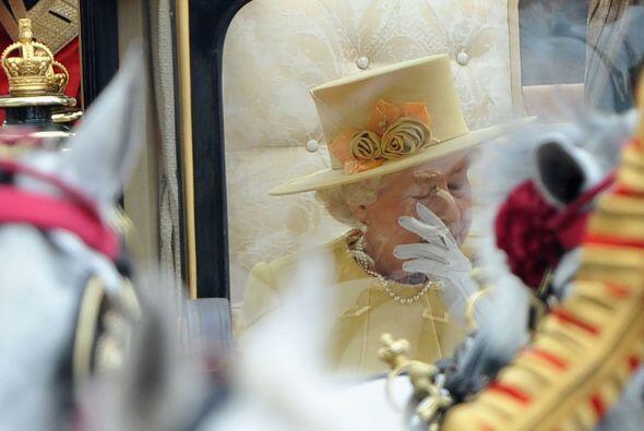 ¿Una lágrima de la Reina? Elizabeth II parecía esta...