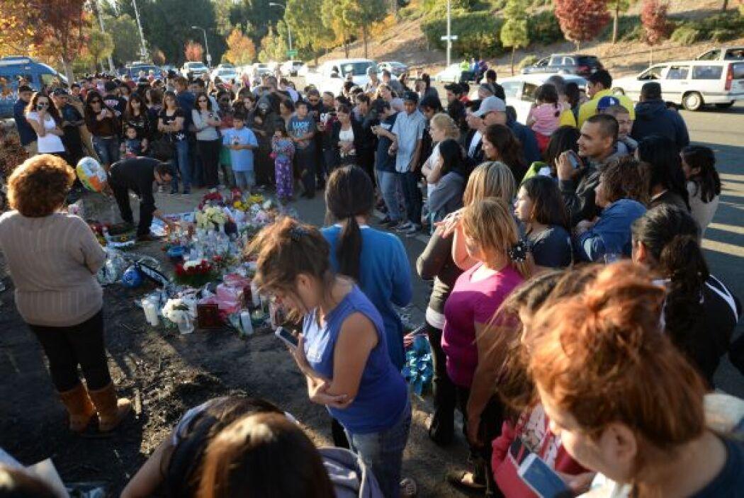 Docenas de personas se unen en oración. Más videos de Chismes aquí.
