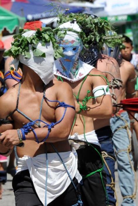 Los penitentes se flagelan a si mismos mientras participan en ceremonias...