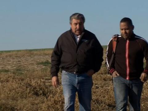 Con su mochila al hombro Tony Dandrades llego hasta unos campos de papas...