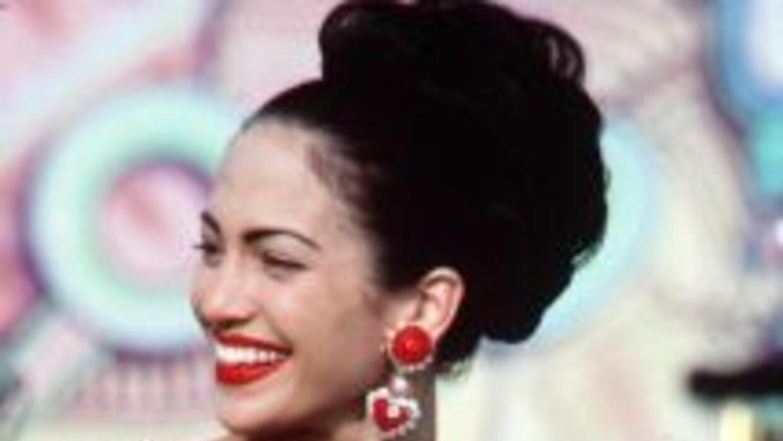 La actriz Jennifer López interpreta a la cantante Selena durante la pelí...