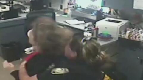 La heroica reacción de una agente que salvó a una empleada de morir atra...