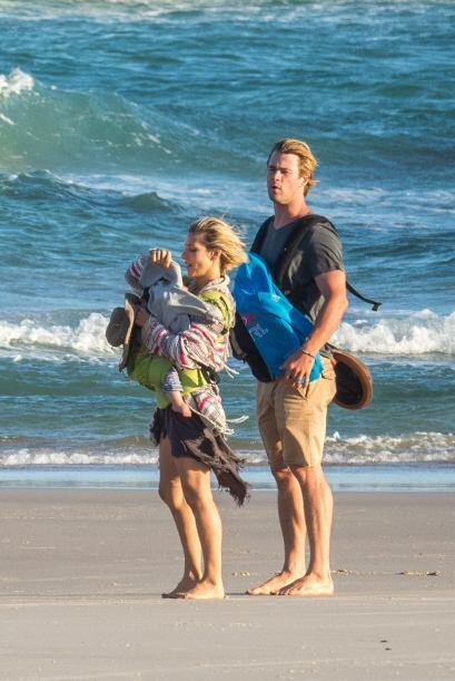 Elsa y Chris llevaban cargando a los hermosos gemelos que se han convert...