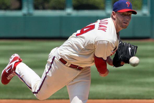 El astro lanzador Roy Halladay, de los Phillies de Filadelfia, ganó por...