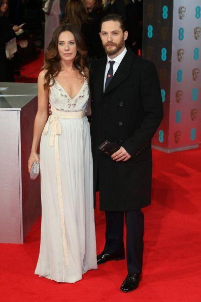 El vestido que lució Kelly Marcel fue elegante y conservador. ¡Tom Hardy...