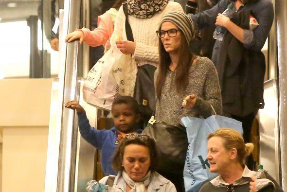 Sandra y Louis en las escaleras eléctricas. Mira aquí los videos más chi...