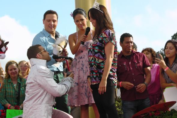 Frente al público presente y ante todos los televidentes, Nacho se arrod...