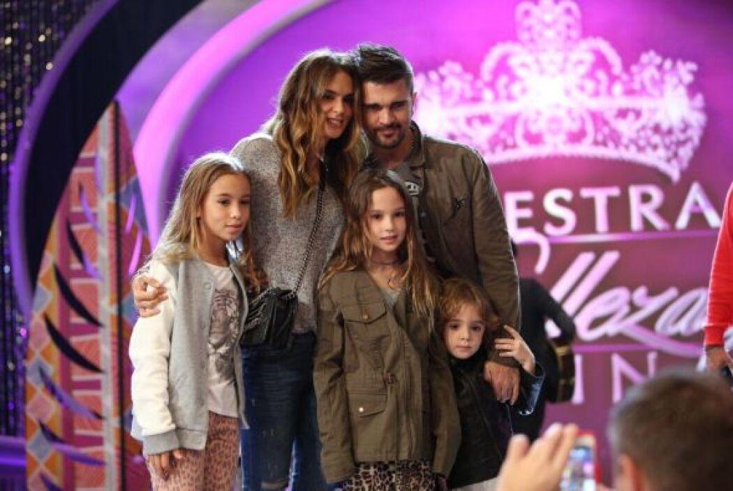 Juanes llegó acompañado de su familia. Las cámaras no se resistieron a t...