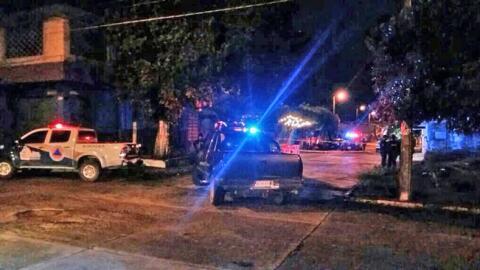 Policías resguardan el lugar donde fue asesinado el periodista mexicano...