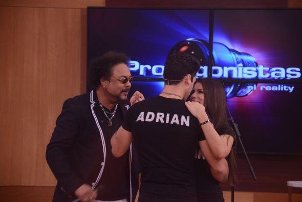 Adrián bailó lento con su amenazada, su visita estuvo dedi...
