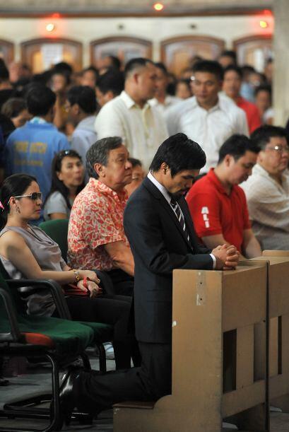 Oró por los favores recibidos en la iglesia de Quiap, en Manila.