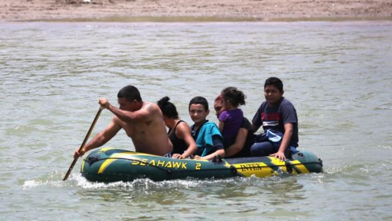 Los traficantes ahora cobran más por cruzar a los migrantes, quienes ade...