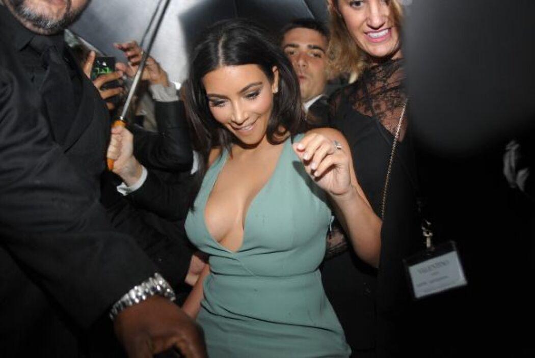 ¡Cuidado Kim, un mal movimiento y te vemos lo poco que nos falta ver!Mir...