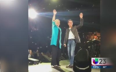 Marc sube a Hillary Clinton al escenario