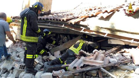 Bomberos en labores de rescate de sobrevivientes del terremoto en Italia