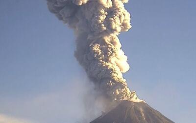 Volcán de Colima en México arroja cenizas y humo de 6,561 pies de altura