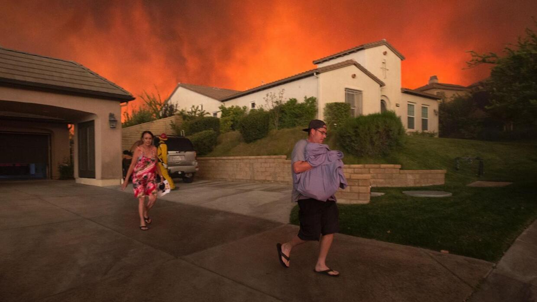 Más de 20,000 residentes fueron evacuados por el incendio en Santa Clarita
