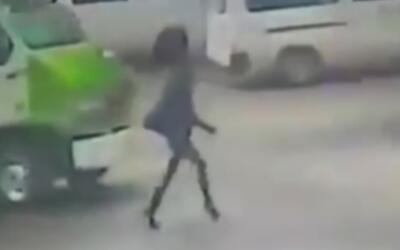 Atropella a una mujer y le pasa un autobús por encima