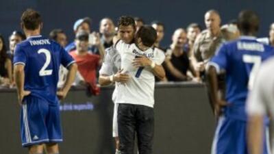 Ronald Gjoka corrió a la cancha y abrazó a Cristiano Ronaldo durante el...