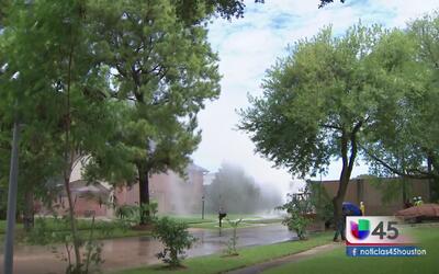 Fuga de agua genera caos al suroeste de Houston