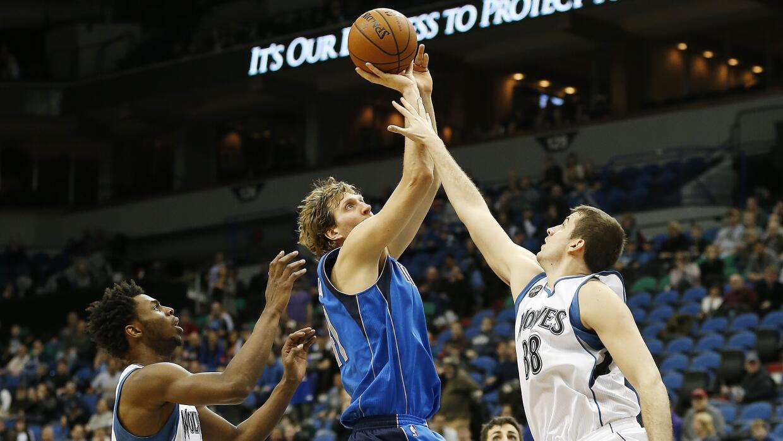 Dirk concretó una crucial cesta tres y se apoderó de un ba...