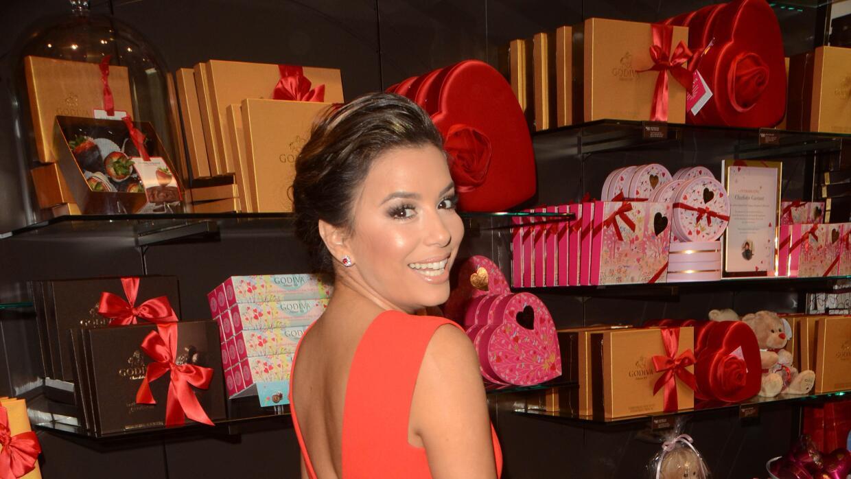 La latina promueve una línea de chocolates con un cautivador vest...