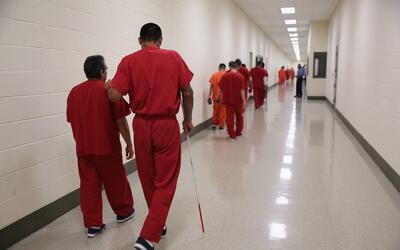 Inmigrantes indocumentados en un centro de detención de la Oficina de In...