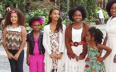Hermoso desfile infantil de cortes y peinados para niñas con cabellos cr...